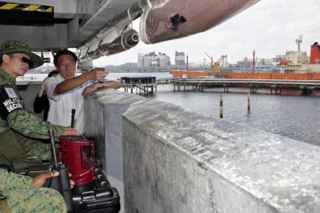 MENGAWAS KESELAMATAN: Timbalan Perdana Menteri Teo Chee Hean melawat menara pengawas anggota tentera di Pulau Jurong, lokasi utama industri petrokimia Singapura. - Foto THE STRAITS TIMES