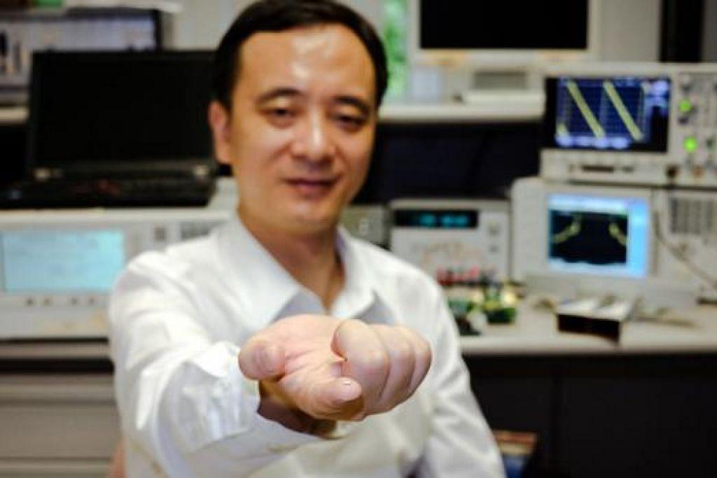 MIKROCIP HASIL NTU: Penolong Profesor jurusan Kejuruteraan Elektrik dan Elektronik di NTU, Encik Zheng Yuanjin, menerajui penyelidikan teknologi baru yang berjaya menghasilkan mikrocip kamera radar 100 kali lebih kecil daripada yang ada sekarang. - Foto NTU