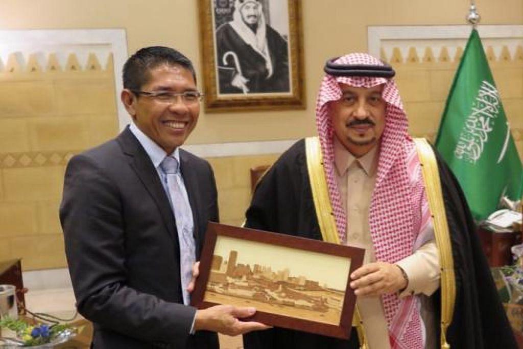 KUNJUNGAN MUHIBAH: Dr Maliki (kiri) melakukan kunjungan ke atas Gabenor Riyadh, Putera Faisal Bandar, semasa mengadakan lawatan kerja dua hari ke Arab Saudi. - Foto MFA