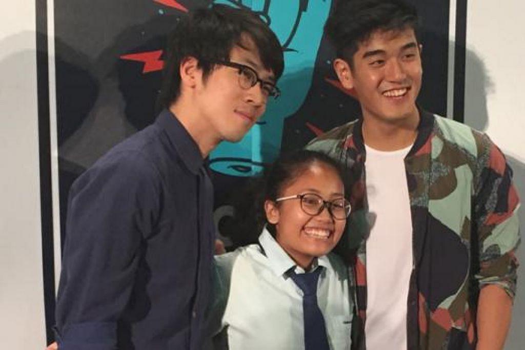 TERUJA: Qalisya Kamarudin, pelajar Sekolah Menengah Canberra, telah mendengar lagu-lagu Charlie Lim (kiri) dan Nathan Hartono sejak setahun lalu. - Foto NURMAYA ALIAS