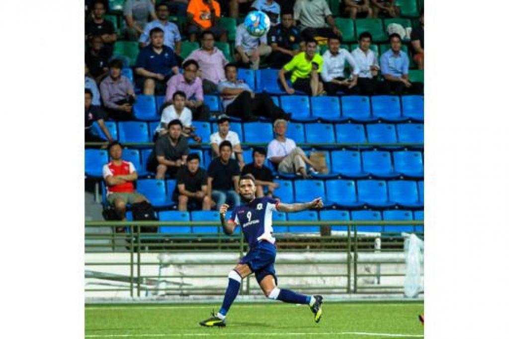 PEMAIN TUNGGAK: Jermaine Pennant mendukung tanggungjawab sebagai tenaga kreatif Tampines, mencipta kesemua empat gol pasukan dalam perlawanan pertama Piala AFC kelmarin. - Foto ihsan HAIQAL TAHIR
