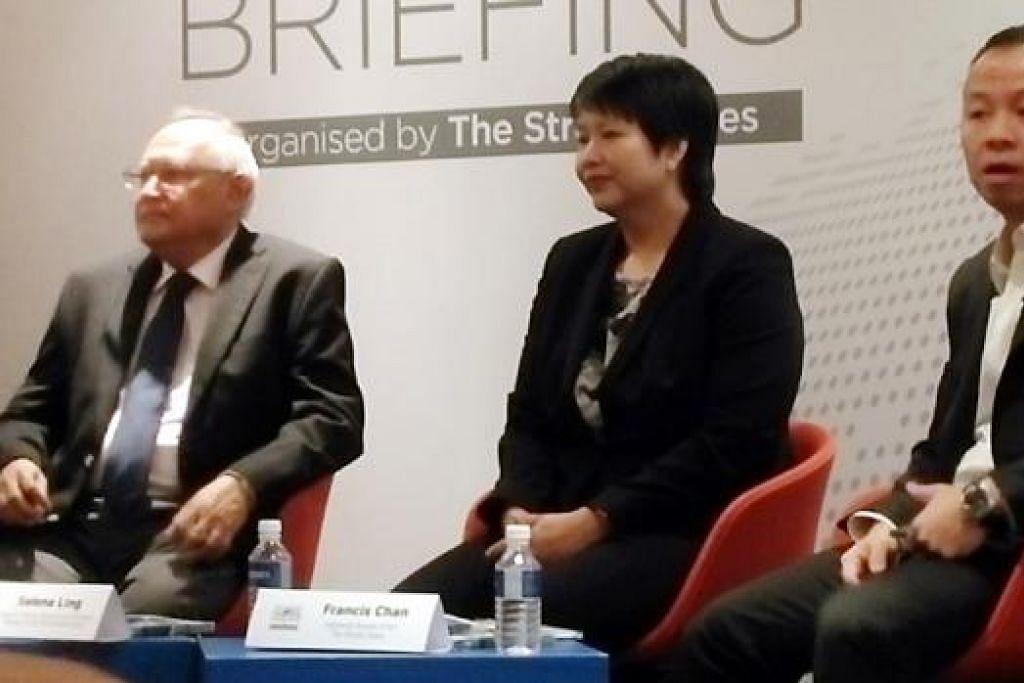 ANGGOTA PANEL: (Dari kiri) Encik Barry Desker, Cik Selena Ling dan Encik Francis Chan merupakan anggota panel dalam ceramah berjudul Keganasan dan Pergolakan di Indonesia yang berlangsung di OCBC Centre, semalam. - Foto SAINI SALLEH