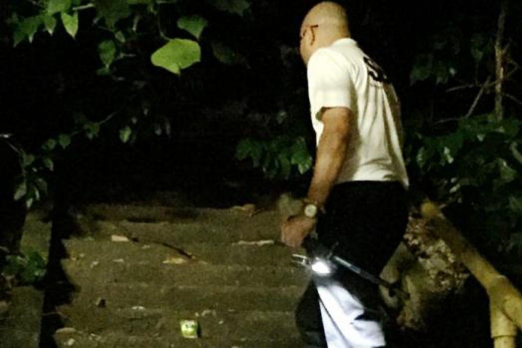 MENGENAL PASTI KEWUJUDAN BENDA GHAIB: Meter medan elektromagnet (EMF) yang terletak di tangga menyalakan lampu hijau dan akan berubah kepada lampu merah jika ada kegiatan paranormal, menurut anggota Singapore Paranormal Investigators (SPI), Dr Yasser Mattar (dalam gambar). - Foto NURYAMA ALIAS