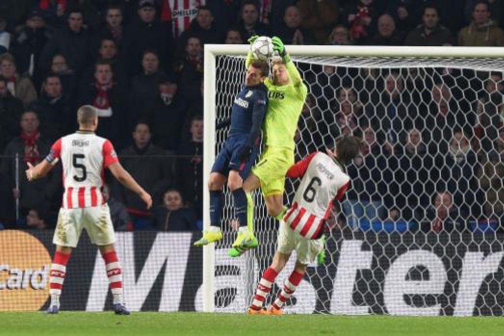 Penjaga gol PSV Eindhoven, Jeroen Zoet, berjaya menyelamatkan bola dalam persaingan dengan penyerang Atletico Madrid, Antoine Griezmann, dalam perlawanan yang berakhir dengan seri 0-0 pusingan 16 pasukan Liga Juara-Juara di  Stadium Philips di Eindhoven pada Rabu (24 Feb). Gambar AFP