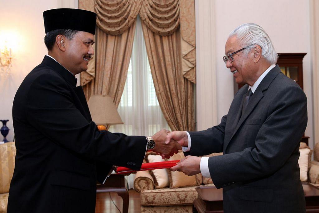 Duta Indonesia serah watikah pelantikan kepada Presiden Tony Tan