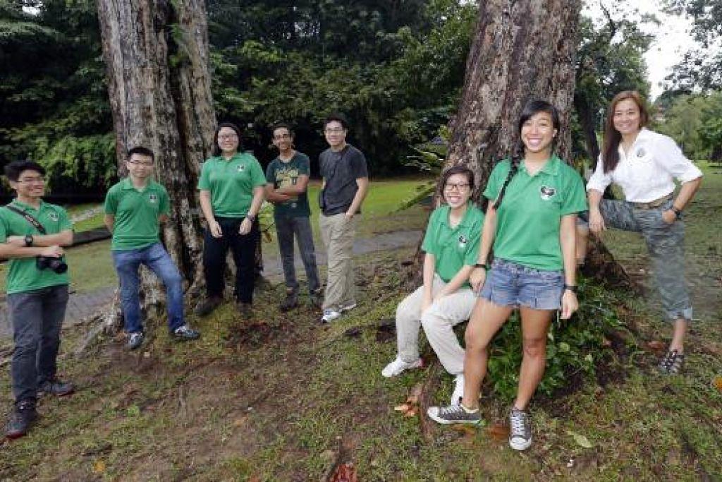 GESA LINDUNGI MACRITCHIE: Inilah kumpulan yang mahu melindungi kawasan MacRitchie, termasuk Encik David Tan (lima dari kiri). – Foto fail