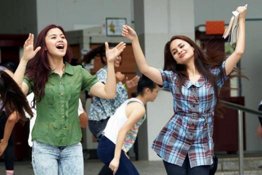 KISAH SHILA: Penonton dapat melihat pelakon Lisa Surihani (kiri) membawa peranan Shila, penuntut jurusan kejuruteraan, yang cuba menyertai pertandingan menari dalam filem 'Sinaran The Movie'. Pelakon Izara Aishah (kanan) membawa watak sebagai kawan baik Shila dalam filem itu. – Foto STARHUB