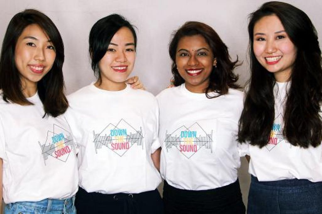 BUAT KAJIAN: Mahasiswa yang terlibat dalam tinjauan mengenai tabiat mendengar dalam kalangan belia.(Dari kiri) Cik Dionne See, Cik Catherine Anne Chew, Cik Navina Rajan dan Cik Elizabeth Au. - Foto NTU