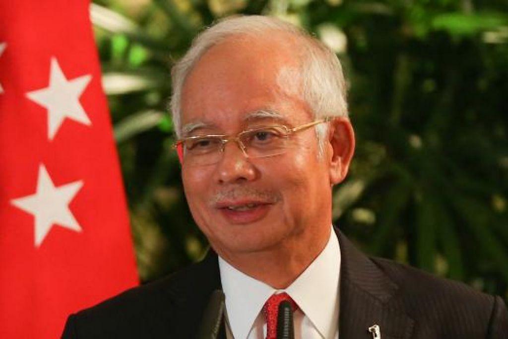 PERLU PEMBAHARUAN: Tan Sri Muhyiddin menyifatkan skandal kewangan Datuk Seri Najib (atas) sebagai satu episod hitam. Justeru, perlu ada pembaharuan di Malaysia. - Foto fail