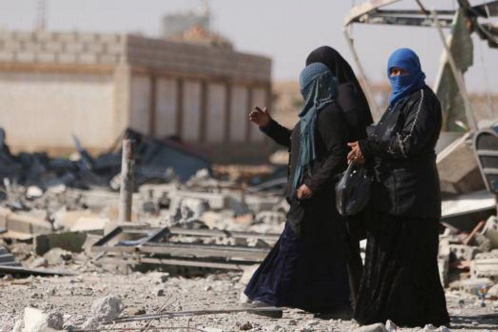 KEDAMAIAN BERKEKALAN? Dua wanita ini berjalan di tengah-tengah runtuhan di bandar al-Shadadi, wilayah Hasaka. Perang saudara selama lima tahun telah menyebabkan kemusnahan besar-besaran di Syria selain meragut 270,000 nyawa. - Foto REUTERS