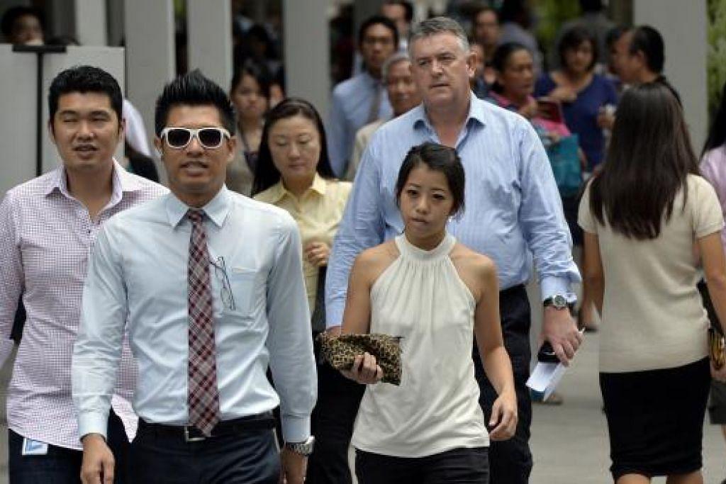 ISU PEKERJA JADI KEPRIHATINAN: Rakyat Singapura prihatin mengenai soal pekerjaan dalam ekonomi yang lemah. - Foto fail