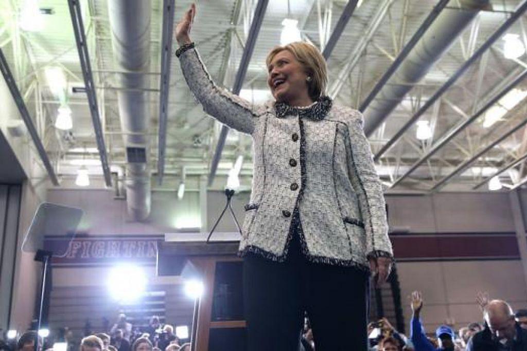 LAMBAIAN KEYAKINAN: Cik Hillary Clinton mengiktiraf sokongan padu yang diberikan oleh penyokongnya di South Carolina menjelang undian penting yang digelar 'Super Tuesday' esok. - Foto AFP