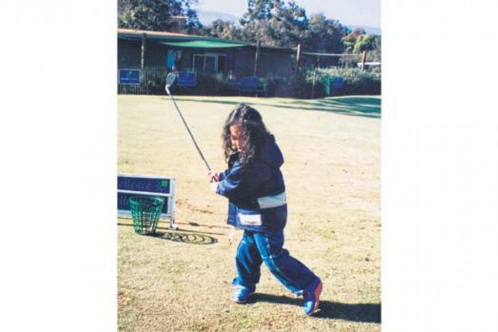 BARU JINAK-JINAK: Maisarah masih baru berusia lima tahun apabila mula diperkenalkan kepada golf semasa keluarganya bercuti di Australia tidak lama dulu. - Foto-foto IHSAN MAISARAH SAADON