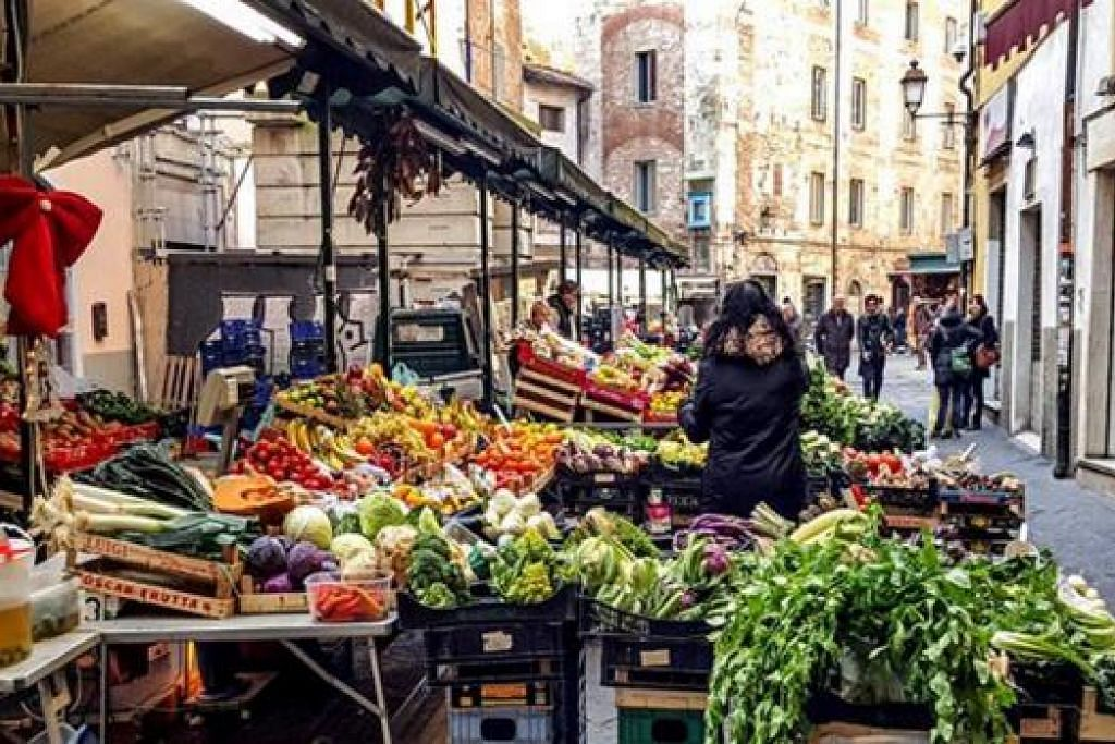 PASAR ITALI: Penduduk tempatan membeli keperluan dapur di Piazza delle Vettovaglie.