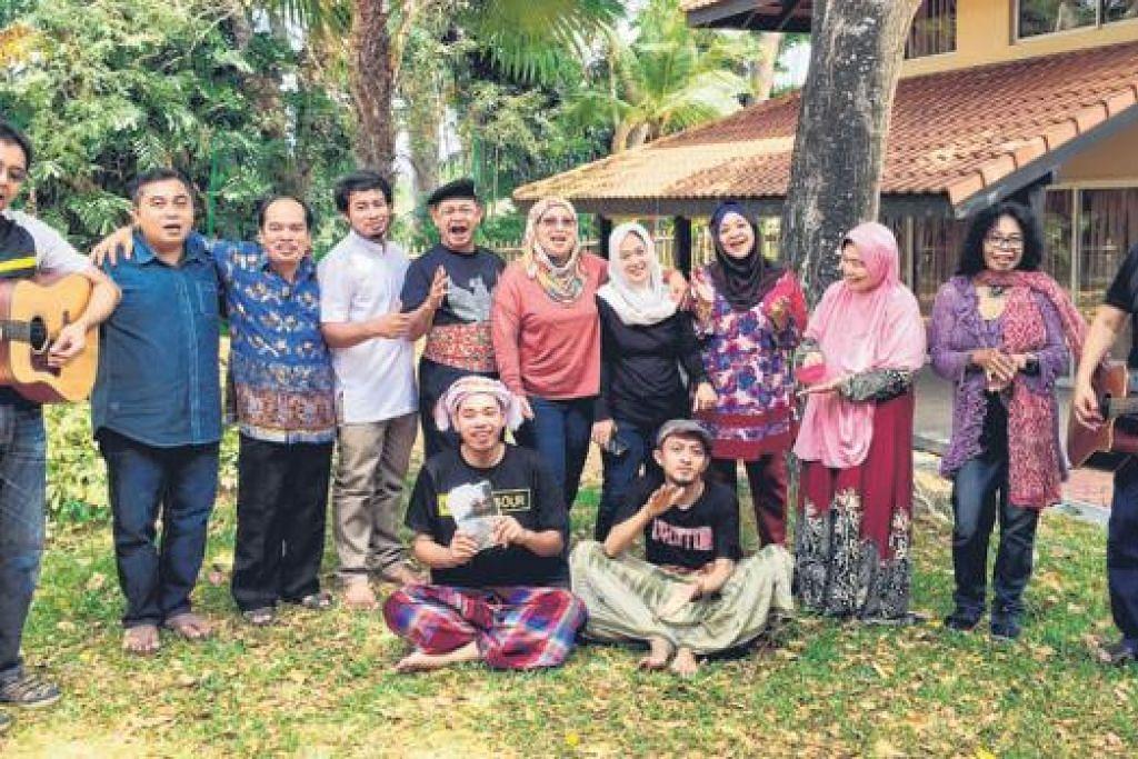 BAK KELUARGA JAUH: Cik Rohani (tiga dari kanan) gembira dapat bersama pencinta sastera Nusantara. - Foto DEWANI ABBAS