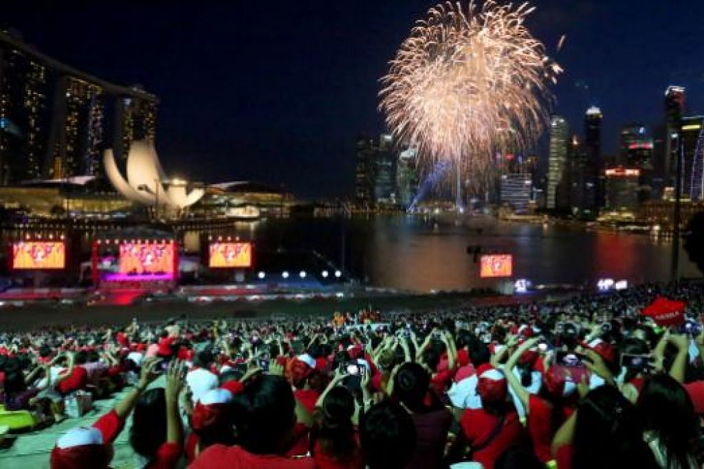 NDP tahun ini di Stadium Negara akan membolehkan sekitar 275,000 rakyat Singapura menontonnya, lebih dua kali bilangan penonton pada tahun-tahun lalu, termasuk di Pelantar Terapung Marina Bay tahun lalu (atas),