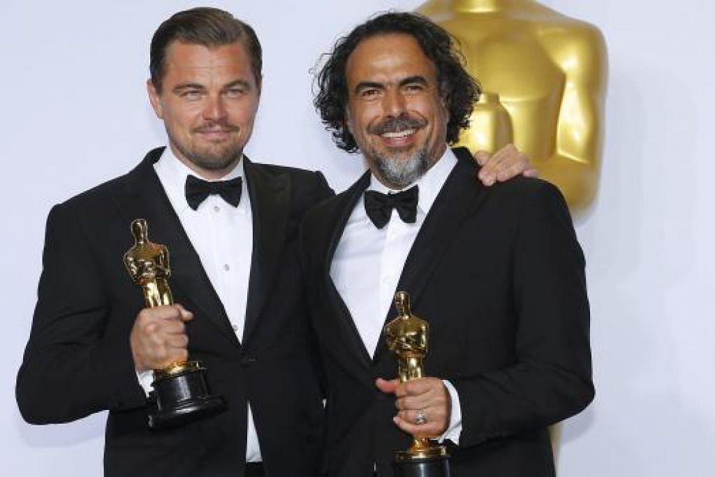 "Leonardo DiCaprio (kiri), pemenang Pelakon Lelaki Terbaik bagi peranannya dalam ""The Revenant,"" dan pemenang Pengarah Terbaik, Alejandro G. Iñárritu, juga untuk ""The Revenant,"" bergambar bersama piala Oscars mereka. Gambar REUTERS"