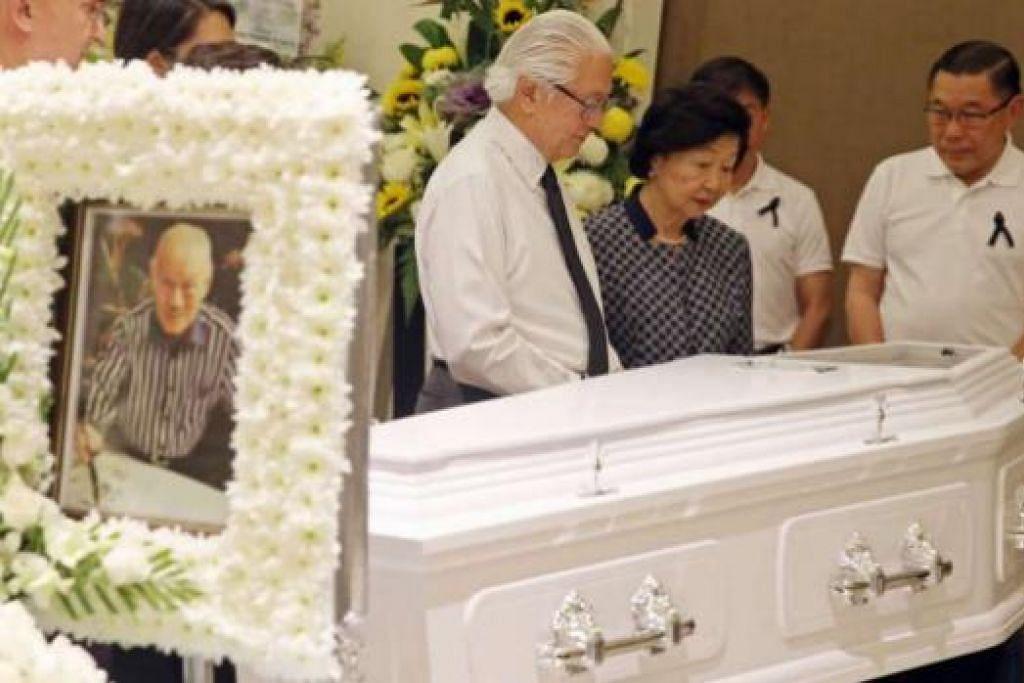 Presiden Tony Tan dan Cik Mary Tan, disertai anak mendiang Encik Lee Khoon Choy, Chuen Neng (kanan) dan Chuen Fei (dua dari kanan, terlindunvg), semasa menziarahi jenazah mendiang. Gambar ST