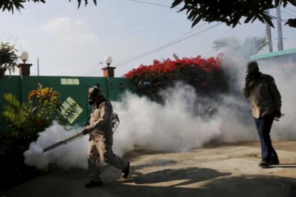 Pekerja kesihatan mengasapi rumah sebagai sebahagian daripada langkah pencegahan terhadap virus Zika dan penyakit bawaan nyamuk lain di Veracruz di pinggir Panama City, pada 25 February 2016. Gambar REUTERS