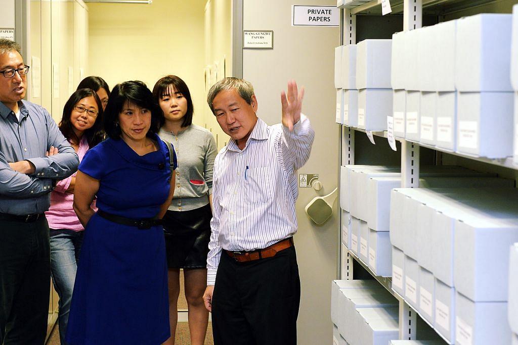 KOLEKSI KERTAS PENUH SEJARAH: Ketua Perpustakaan, Institut Iseas-Yusof Ishak, Encik Pitt Kuan Wah (kanan), menunjukkan antara koleksi 83 kotak dokumen mendiang Tan Sri Dr Tan Chin Tuan kepada anggota majlis Yayasan Tan Chin Tuan – Encik Chew Kwee San (kiri) dan Cik Chew Gek Hiang (berbaju biru) dalam majlis penyerahan kertas privet itu di Iseas semalam.