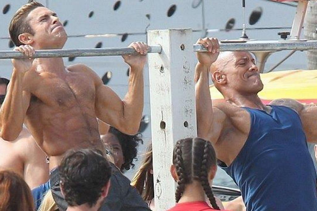 Zac Efron gigih bersenam dengan 'The Rock' demi 'Baywatch'