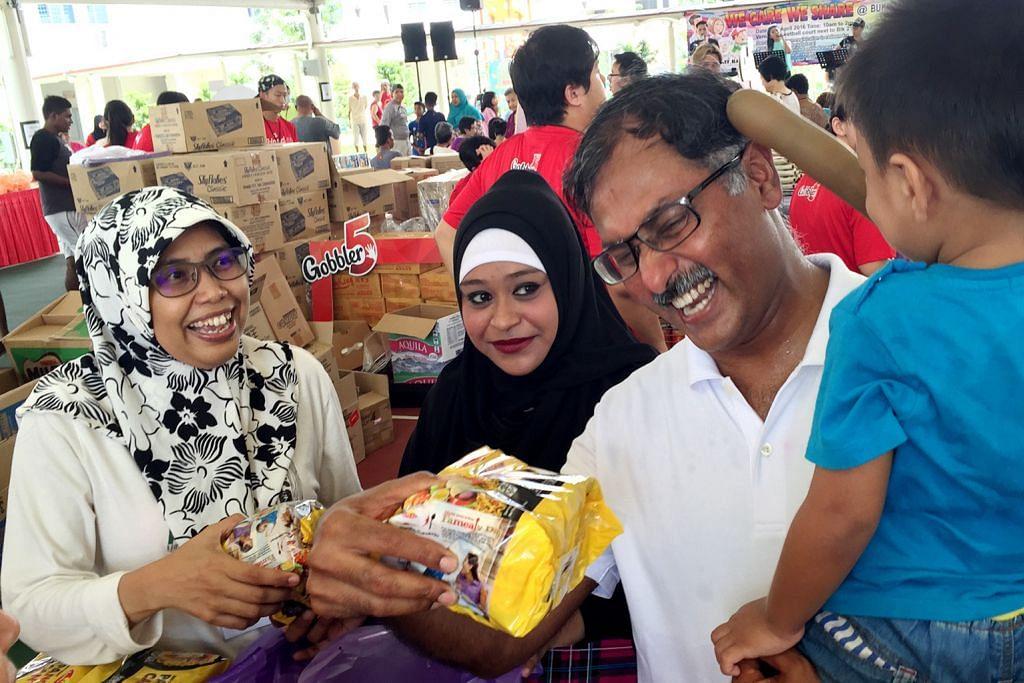Keluarga susah di Bukit Batok dapat barang keperluan percuma