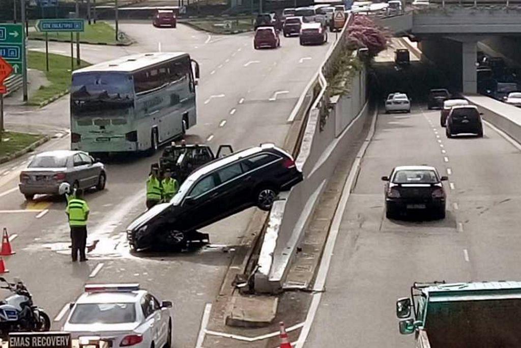 Pemandu cedera apabila kereta terjongket di pembahagi jalan