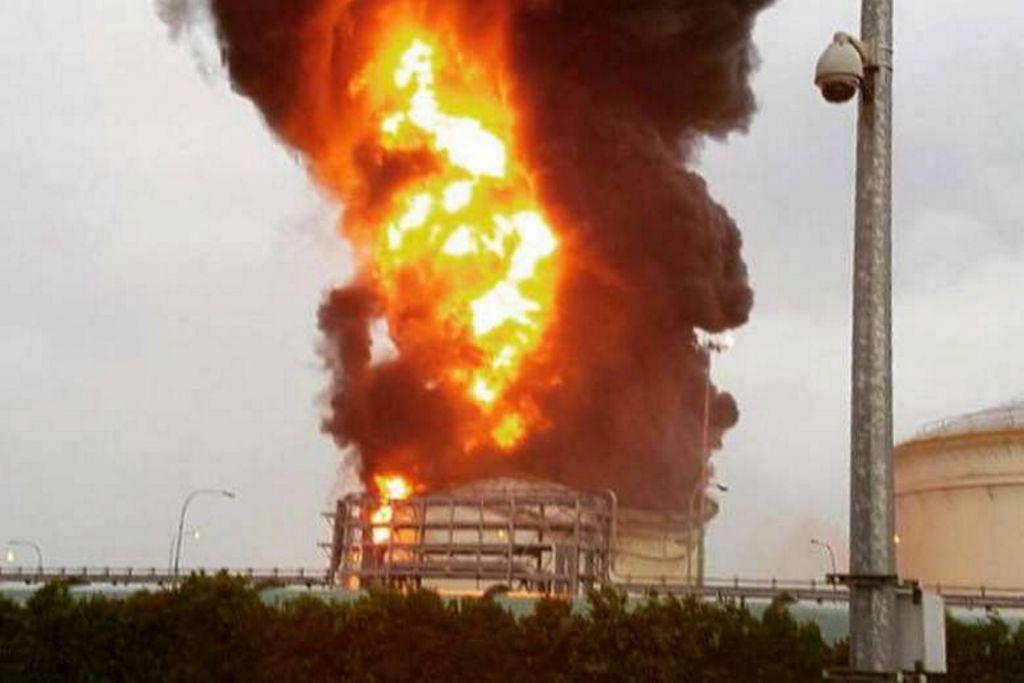 Tangki minyak terbakar di Pulau Jurong
