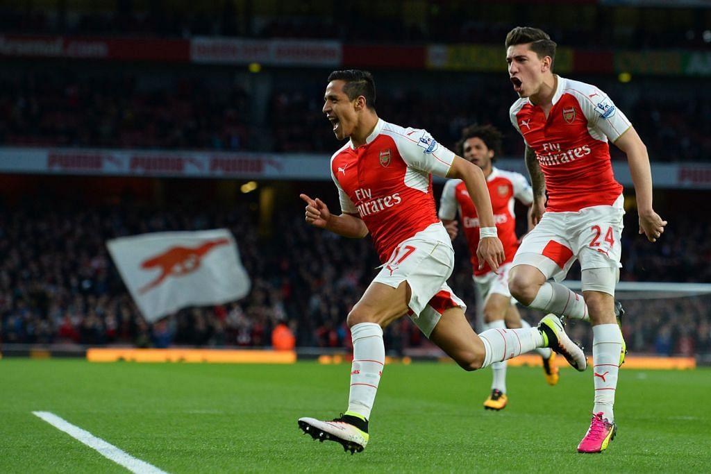 WIRA ARSENAL: Penyerang Arsenal Alexis Sanchez (atas) meraikan jaringannya ke atas West Bromwich Albion bersama pemain pertahanan Hector Bellerin. - Foto AFP