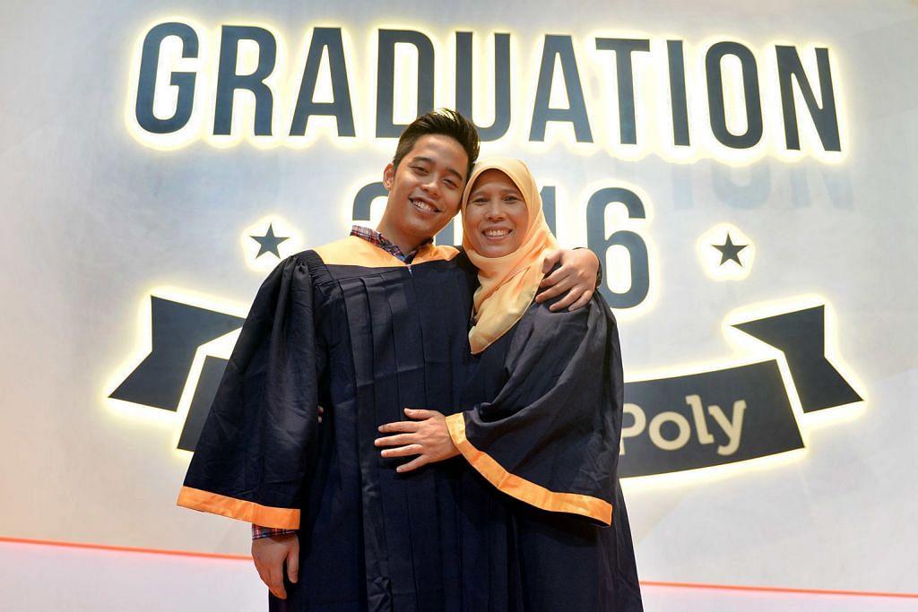 Hari ibu dan anak sama-sama raih diploma