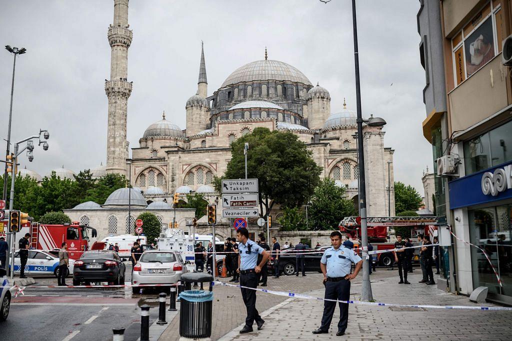 Serangan dekat beberapa tempat bersejarah termasuk masjid