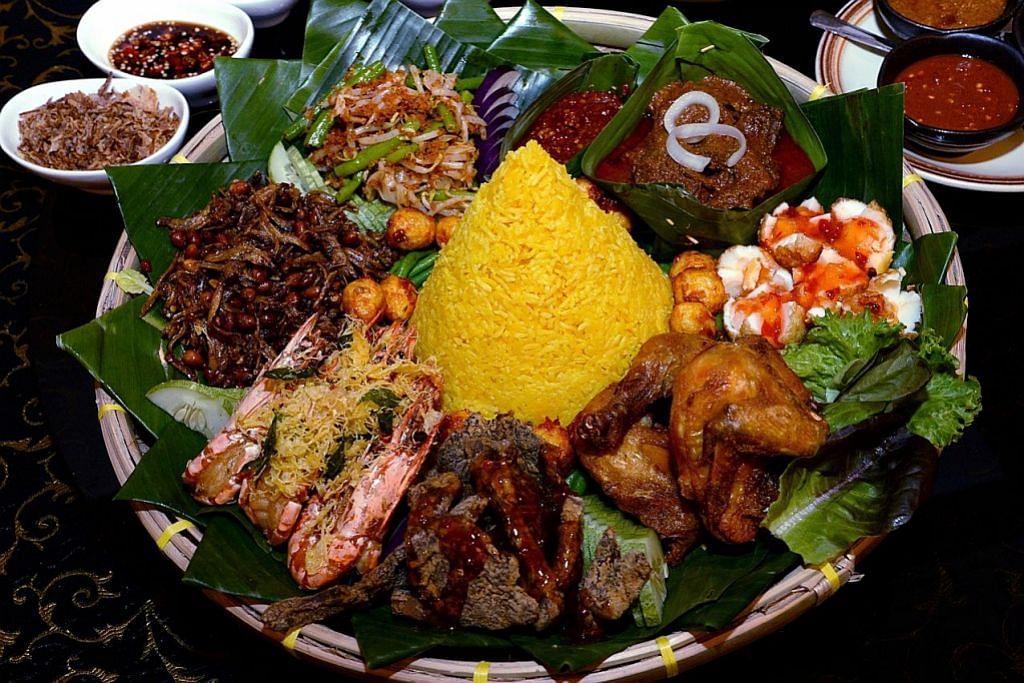 TEMPAT UNTUK BERBUKA Nasi tumpeng asli Indonesia sempena berbuka puasa Ramadan