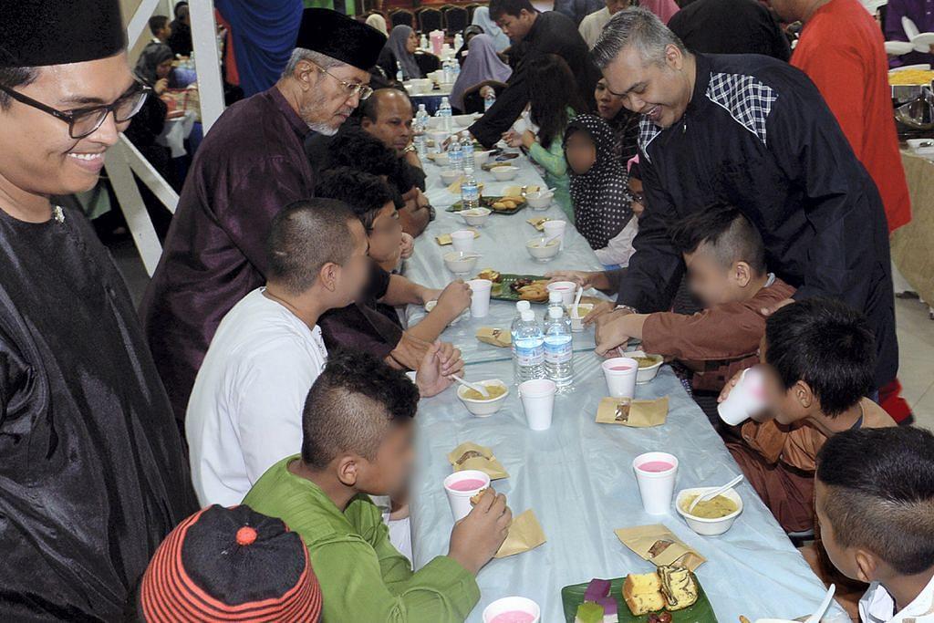 SEKITAR RAMADAN Tiga kumpulan teksi taja iftar beriani di Darul Ma'wa