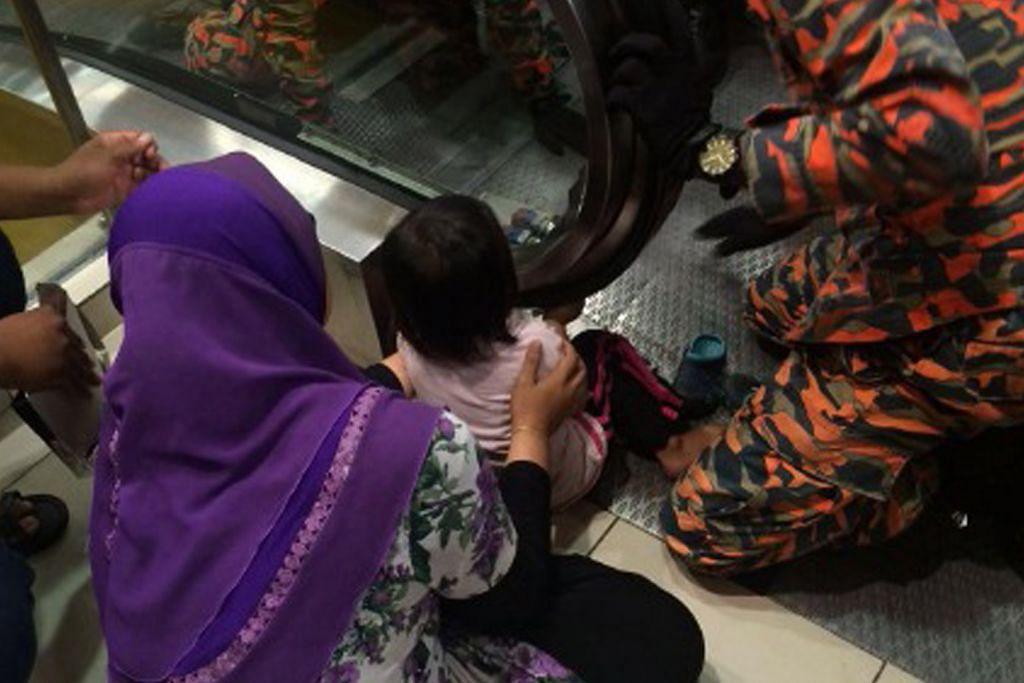 Tangan kanak-kanak tersepit di eskalator di Melaka
