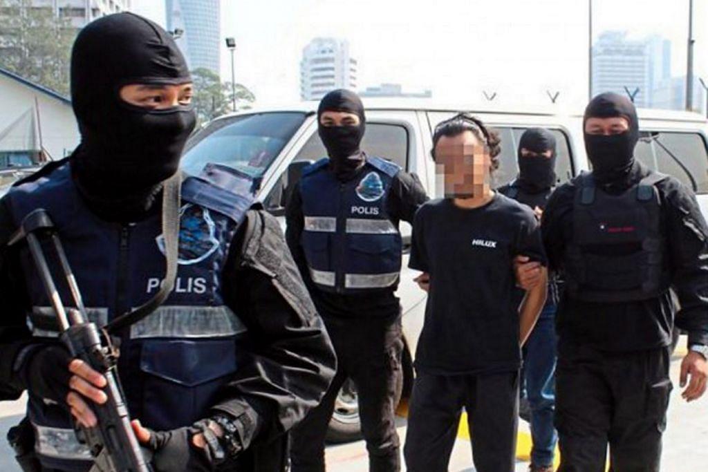 DIBERKAS: Polis Malaysia memberkas seorang lelaki yang dipercayai anggota ISIS yang merancang melakukan beberapa serangan ganas di negara itu. - Foto THE STAR