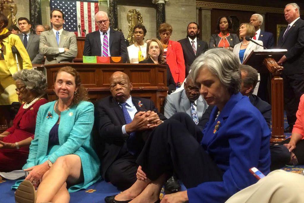 Demokrat adakan bantahan duduk tuntut undi kawalan senjata