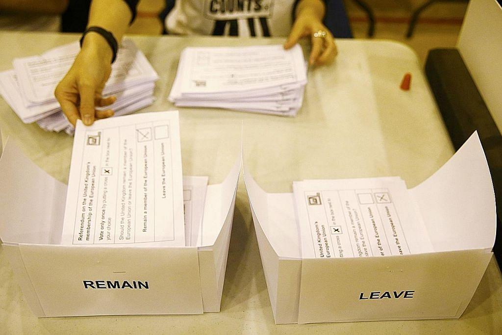 KIRA UNDI: Para pegawai mengira undi di sebuah pusat mengundi di Glasgow, Scotland dan di Islington, London, (gambar atas) kelmarin. - Foto-foto REUTERS.