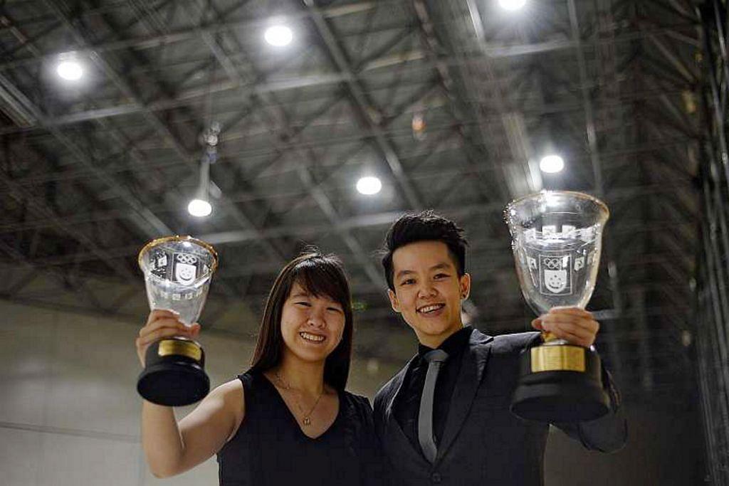DETIK BANGGA: Pemenang anugerah Pelajar Perempuan Terbaik, Joey Yeo (kiri), dan Olahragawati Terbaik, Shayna Ng, bergambar bersama anugerah masing-masing. - Foto THE STRAITS TIMES