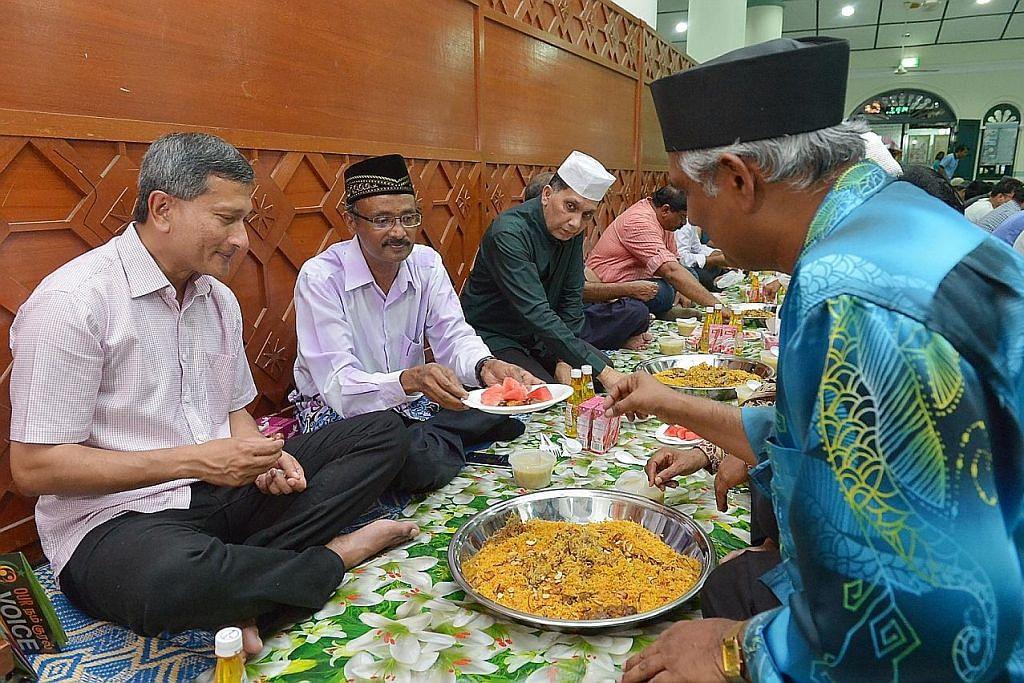 Vivian di acara sambutan 75 tahun Persatuan Islam Kadayanallur S'pura