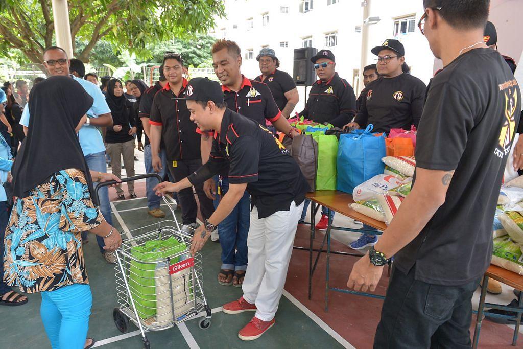 SEKITAR RAMADAN 100 keluarga terima bantuan pek makanan