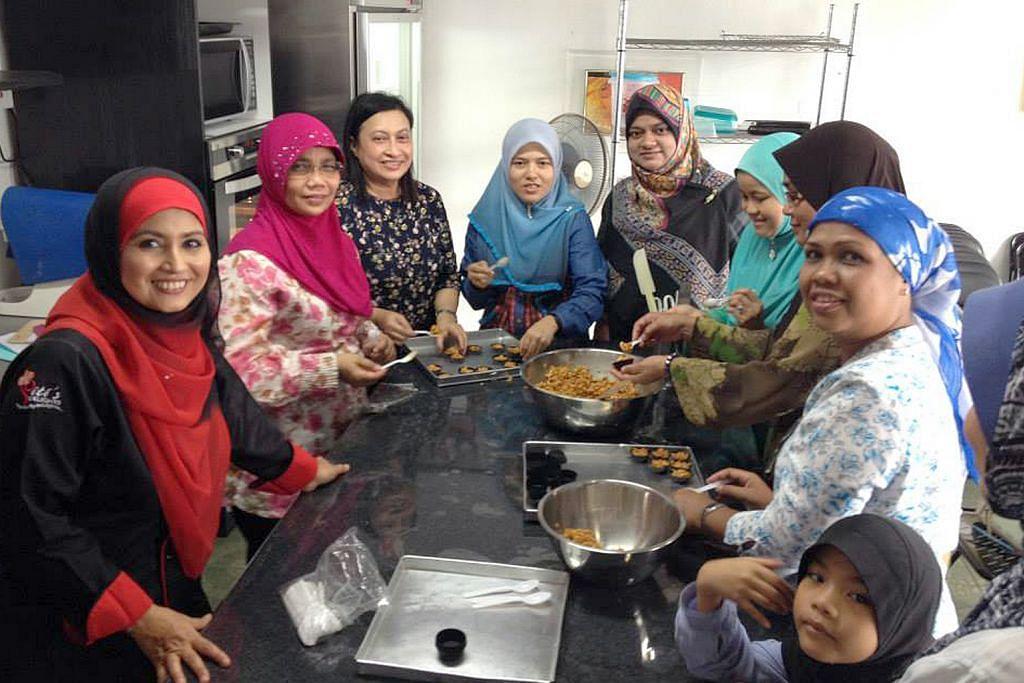 Cef Siti Mastura sibuk kendali kelas buat kuih Ramadan ini