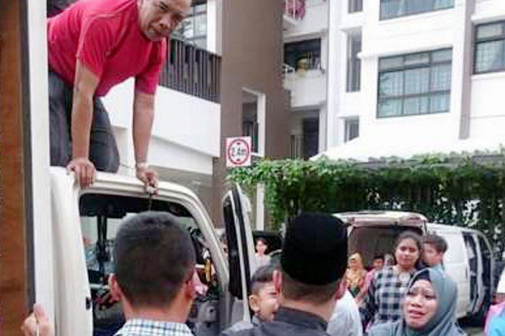 Kecoh apabila kanak-kanak terperangkap dalam lori...