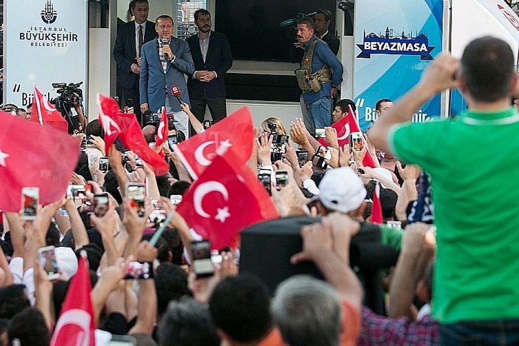 Penyokong Erdogan sambut kegagalan kudeta tentera