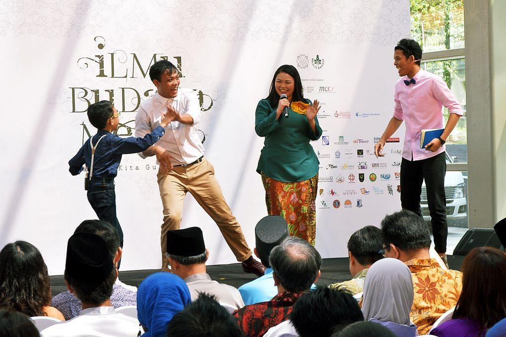 KENALI TEMPAT DAN TOKOH MELAYU BERSEJARAH: Duta Bahasa 2016, Siti Khalijah Zainal (dua dari kanan) serta beberapa aktivis teater muda, (dari kiri) Muhammad Faisal Osman, Farez Najid dan Irsyad Dawood mengajak orang ramai menyelami kisah bersejarah Singapura di majlis pelancaran Bulan Bahasa. - Foto KHALID BABA