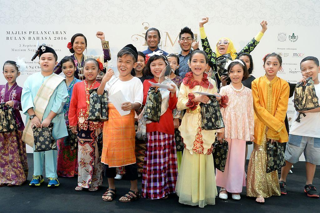 DENDANG SI CILIK: Kanak-kanak teruja menyanyikan lagu-lagu rakyat dalam peraduan khusus yang dihadiri selebriti seperti (berdiri di belakang, dari kanan) Cik Asnida Daud, Reyza Hamizan dan Art Fazil. - Foto JOHARI RAHMAT