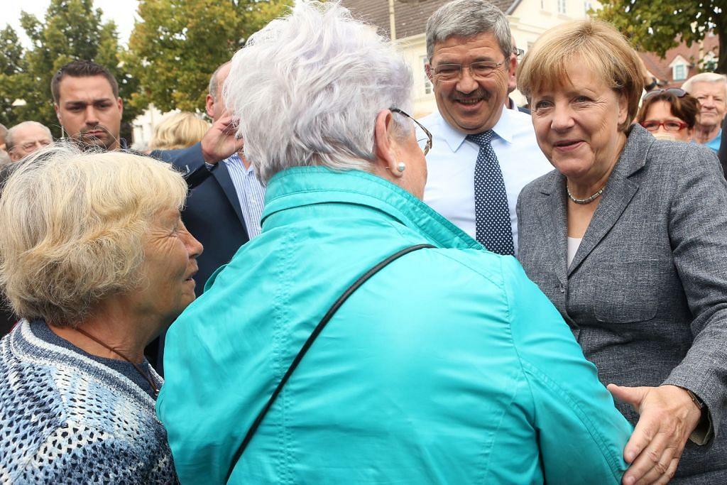 Populariti Merkel junam sebab sokong pelarian