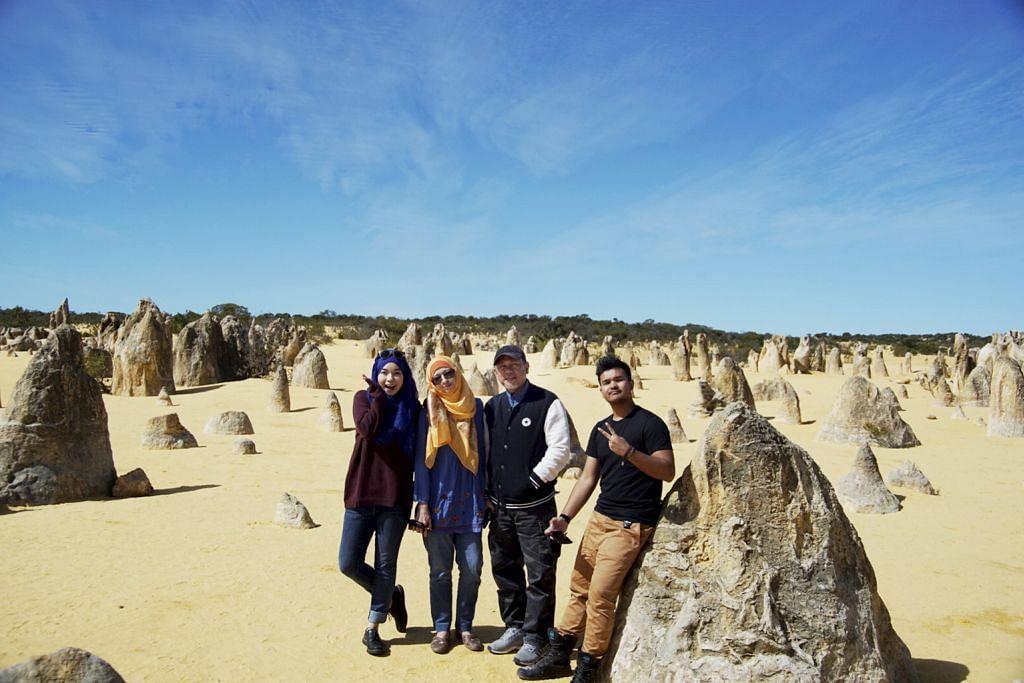 PEMANDANGAN MENAKJUBKAN: Wartawan (atas) dan keluarga semasa mengunjungi Padang Pasir Pinnacles yang dipenuhi batu-bata pelbagai saiz dan bentuk. - Foto ihsan SITI AISYAH NORDIN