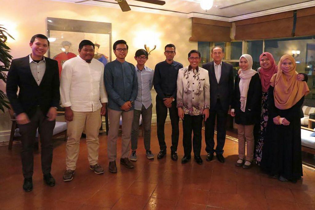 TEMUI PELAJAR: Dr Maliki (kelima dari kanan) sewaktu menemui para pelajar Singapura di Jordan kelmarin. Antara lain, mereka membincangkan cara pelajar boleh memainkan peranan aktif dalam masyarakat apabila mereka lulus dan pulang ke Singapura. – Foto FACEBOOK DR MALIKI OSMAN
