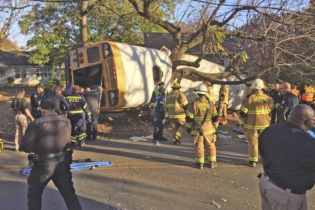 6 murid maut apabila bas sekolah langgar pokok di AS