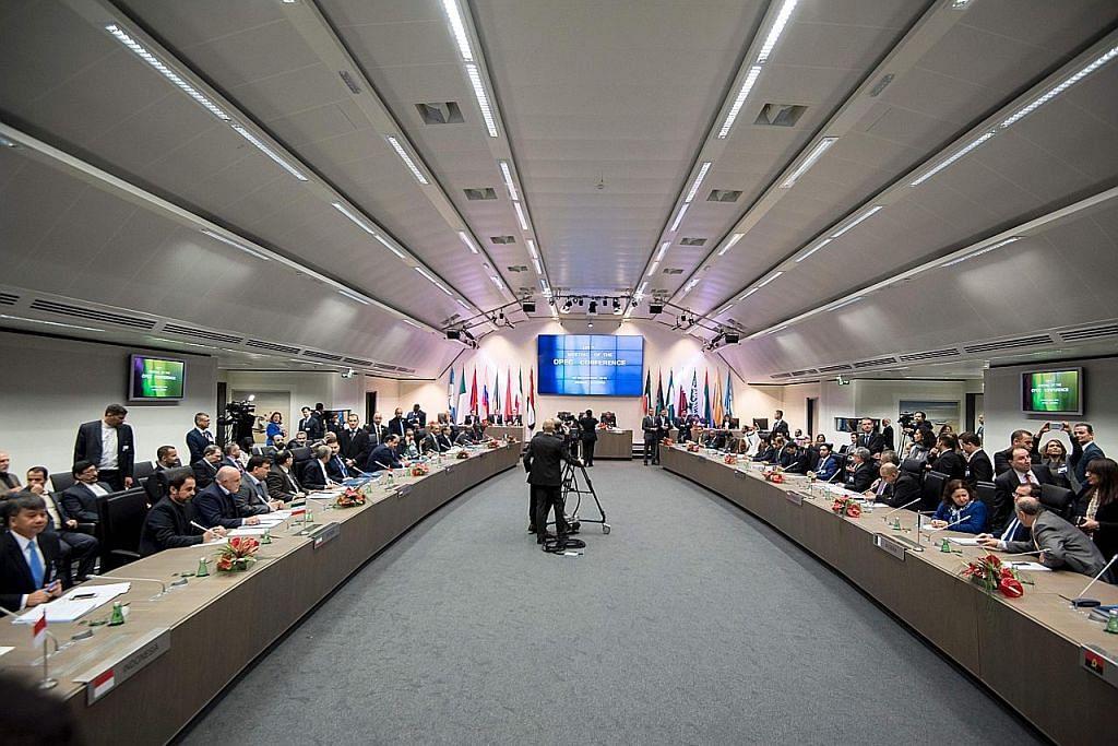 Opec diragui dapat capai kata sepakat, harga minyak mentah jatuh 4%